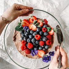 Suklaajäädykekakku eli Nina Lincolnin suklaakakku | Kokit ja Potit -ruokablogi Acai Bowl, Raspberry, Baking, Breakfast, Food, Morning Coffee, Essen, Bread, Backen