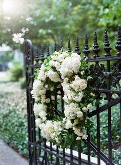 Rouwkrans in het wit | Vind meer inspiratie over bloemen voor het afscheid en de uitvaart op http://www.rememberme.nl/rouwbloemen-rouwdecoratie/ | Bron: http://www.stylemepretty.com/vault/image/1452120