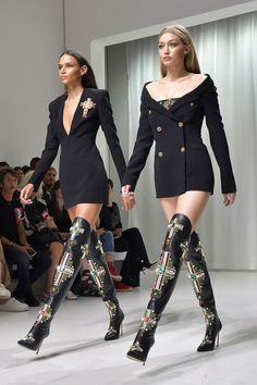 The Vogue Verdict On MFW: Where The Establishment Revisited Its Codes - Binx Walton and Gigi Hadid on the Versace runway. The show was a who's who of the world's top m - Vogue Fashion, Look Fashion, Runway Fashion, Fashion Models, High Fashion, Fashion Show, Fashion Outfits, Fashion Design, Milan Fashion