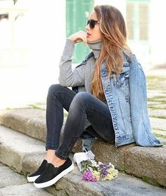 13 Slip-On Sneaker Looks To Copy ASAP   Idea #5: Make your denim-on-denim look that much better. New Street Style, Looks Street Style, Looks Style, Street Styles, Mode Outfits, Casual Outfits, Fashion Outfits, Womens Fashion, Casual Shoes