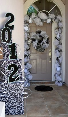 Top 32 Sparkling DIY Decoration Ideas For New Years Eve Party- love the doorway New Year Holidays, Christmas And New Year, Holidays And Events, Christmas Stuff, Xmas, New Years Eve Decorations, Graduation Decorations, Holiday Decorations, Outdoor Decorations