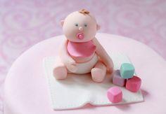 Un bébé Une ide originale pour un baptme, une naissance ou un premier anniversaire : un bb en pte  sucre. Craquant ! Modeler un bb en pte  sucre