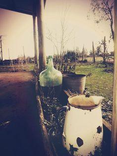 """En el campo las """"damajuanas"""" y el tìpico jarro de porcelana para el agua….muy vintage…pero bello… Mi Chile lindo…"""