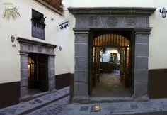 CALLE FIERRO, NUESTRA UBICACIÓN  El hotel Quipu se halla en calle Fierro, se halla en el centro de la ciudad por lo que nos muestra las tradicionales casonas coloniales, donde se hallan vestigios del virreinato y una base de construcciones incas. Las Casas coloniales poseen una puerta y un patio característico en cada una siendo su marca personal.  http://www.quipu-cusco.com http://www.quipu-cusco.com/news/calle-fierro-nuestra-ubicacion/