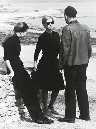 """Persona; Ingmar Bergman """"La vida se cuela por todas partes. Estás obligada a reaccionar. Nadie pregunta si es real o irreal, si tú eres verdadera o falsa. La pregunta sólo importa en el teatro.[…] Te entiendo y te admiro. Creo que debes mantener este papel hasta que se agote, hasta que deje de ser interesante. Entonces podrás dejarlo. Igual que poco a poco fuiste dejando los demás papeles."""""""