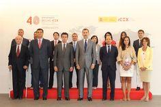 """Don Felipe, con las autoridades asistentes y los ponentes de la jornada """"Talento para la internacionalización"""" Sede del ICEX. Madrid, 29.07.2015"""