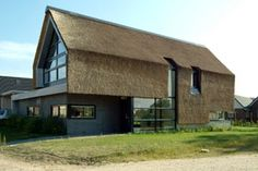 Nieuwbouw woning - architectenweb.nl Chalet Design, Residential Architecture, Architecture Design, Roof Design, House Design, Modern Barn House, Thatched House, Monster House, Student House
