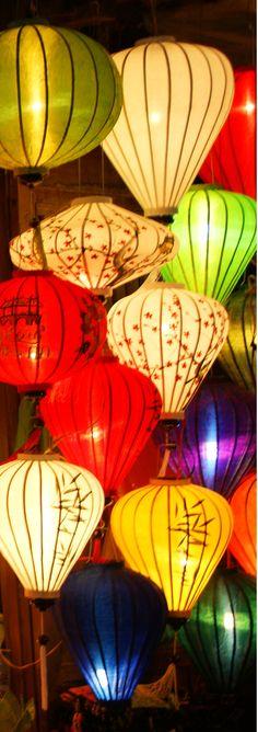 世界遺産の町ホイアンでは美しいランタン祭が有名です。(UNESCO World Heritage Site Hoi An Ancient Town attracts people with the beautiful Lantern Festival)