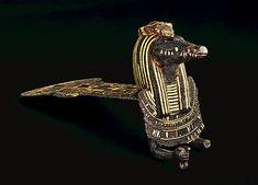 Contrepoids de collier rituel à l'image du dieu crocodile Sébek bronze incrusté d'or et d'électrum Pr. : 18,70 cm.  Accolé à une égide du même dieu. Don Peytel Département des Antiquités égyptiennes E 11520