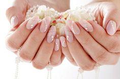 Hochzeitsnägel mit Glitzersteinen Spizenmuster Nagellack Hautfarbe