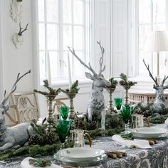 Carolyn Roehm's Winter Themed Dinner Table. So lovely could use for Christmas. New Years or a friends Birthday Luncheon or Dinner. Trade out the Green for a different color. Be nice for Valentines Dinner using Red Napkins and Glasses. Via AD Magazine.