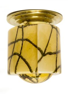 € 115,00 - Antieke plafondlamp. Karamel kleurig gemêleerd glas met bruin radar patroon. Aparte ietwat langwerpige vorm. Goud kleurig messing plafondring van later datum.
