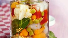 1. Se dă drumul la cuptor la o temperatură de 120° C şi se pregăteşte tava cu hârtie specială pentru copt. 2. Într-un bol se pune untul care a stat la temperatura camerei şi se amestecă cu zahărul pudră şi cu zahărul vanilat până se obţine o cremă. După ce aţi obţinut crema de unt, … Eat Smarter, Pickles, Cucumber, Mason Jars, Oatmeal, Vegetables, Breakfast, Food, Vegan