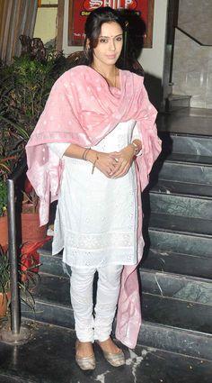 Hrishitaa Bhatt at Kathak danseuse Sitara Devi's prayer meet. #Bollywood #Fashion #Style #Beauty