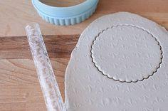 Para los que no la conozcáis, la pasta para modelar  es una especie de masilla gris hecha a base de arcilla (no es arcilla como tal), que s...