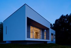 Box-Shaped Japanese Home With Spectacular Views of Omura Bay | Y7-House