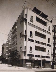Apartment building in calle Muntaner, Barcelona, 1934 | Josep Lluís Sert Social Housing, Le Corbusier, Building Plans, Midcentury Modern, Modern Architecture, The Good Place, Mid Century, Places, Modernism