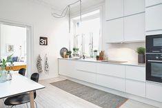 white kitchen // cozinha branca ~ via my scandinavian home Kitchen Dinning, Cozy Kitchen, Scandinavian Kitchen, Scandinavian Interior, Minimalist Scandinavian, Kitchen White, Scandinavian Benches, Kitchen Decor, Nordic Kitchen