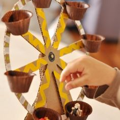 Make this fun and easy cardboard Ferris wheel. (in Portuguese)