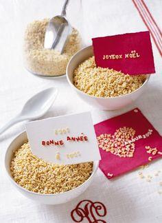 Cartes de vœux écrites en pâtes alimentaires sur du papier cartonné