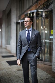 All business: the classic charcoal grey suit - he spoke style men's fa Fitted Suit, Tailored Suits, Charcoal Gray Suit, Types Of Suits, Suit Measurements, Look Formal, Formal Suits, Mode Costume, Classic Suit