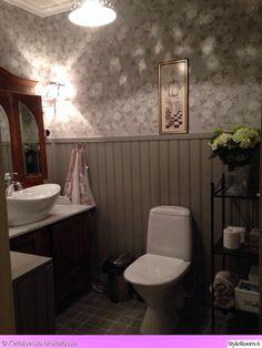 komuutti,puolipaneeli,juhannusruusu-tapetti,kylpyhuone,kylpyhuoneen sisustus