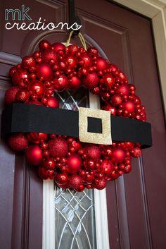 Corona del cinturón de santa hecha con esferas de navidad.