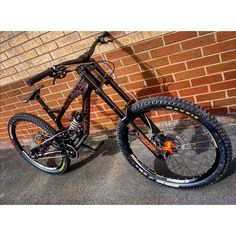 Insane custom YT tues Alloy version by my friends of @ridemoremtb with rockshock suspensions. Hot or not? Coment below #downhilladiction by downhilladiction