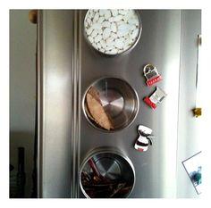 IIKEAのマグネットケース、 かなり便利であります。 GRUNDTALマグネット収納¥1490/3p ローリエと鷹の爪。 お豆の絵柄はプリントで 買った時から入ってる包装。 まだ空き家です。  単に缶が横になってるだけなので 取り口が広いし ささっと開けられるし。 キッチンスペース以外も使えそうだなあー って色々考えてますが アルミ材質が多かったりして ひっつかないんですよね。。。  冷蔵庫は貴重な?ひっつき源。 KEAマグネットケース。の画像   *****Casa■Life