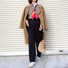 キャメルチェスターコート・赤スカーフ・グレージュニット・黒ストレートパンツ・ベージュファー巾着バッグ・白スニーカー