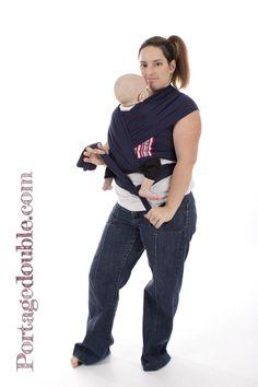 Enveloppé croisé avec écharpe extensible - Pour les nouveaux-nés, c est un  nouage parfait!   Front Wrap Cross Carry - The perfect carry for newborns! 9c9ac81f209