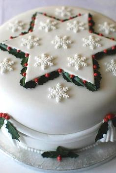 Christmas Star and Snowflake Cake Christmas Cake Designs, Christmas Cake Decorations, Christmas Cupcakes, Christmas Sweets, Holiday Cakes, Christmas Cooking, Christmas Goodies, Holiday Treats, Xmas Cakes