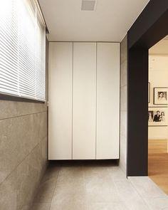 가족들의 시간을 담아낸 흑백사진들이 언뜻보이는 현관 . . #interior #design #hallway #picture #frame #blackandwhite #tile #daily #home #entry #판교 #현장 #인테리어 #아파트인테리어 #리모델링 #현관 #디자인 #홈스타그램 #윤현상재 #타일 #소통 #817 by hellohappiness16