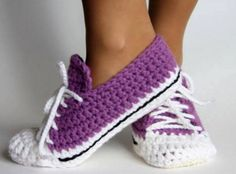 You won't be able to wait to make these Crochet Sock Slippers! We've included lots of Free Patterns plus Knitted versions and Crochet Converse Slipper Free PaHere you can find photos and illustrations for patterns: Quick and Easy crochet pattern - shoes ( Quick Crochet Patterns, Crochet Diy, Crochet Boots, Crochet Clothes, Crochet Stitches, Slippers Crochet, Crochet Jacket, Crochet Ideas, Knitting Patterns
