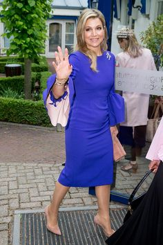 18 May 2017 - Queen Maxima and Sheikha Mozah attend the opening of SDG's seminar in The Hague - dress by Roksanda Queen Dress, Queen Maxima, Royal Fashion, Looks Style, Cold Shoulder Dress, Dresses For Work, Celebs, Outfits, Stylish