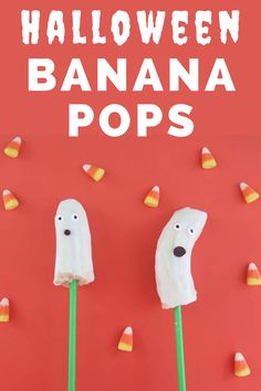 These Halloween banana ghosts are so cute!  These banana pops are made with just a few simple ingredients and are a great healthy Halloween treat. #halloween #bananas
