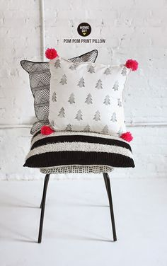 DIY printed pom pom pillows by Nx Diy Pillows, Decorative Pillows, Cushions, Pillow Ideas, Throw Pillows, Handmade Pillows, White Pillows, Bed Ideas, I Spy Diy