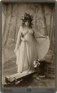 Art Nouveau Fairy Queen – Photographer F. Antique Photos, Vintage Pictures, Vintage Photographs, Old Pictures, Vintage Images, Old Photos, Vintage Art, Vintage Glamour, Vintage Girls