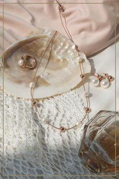 Perlen und Roségold - we love it! Ob schicke Perlen Ohrstecker mit Akzenten in Roségold oder ein dazu passendes Collier... dieser Schmuck lässt die Herzen von sowohl Perlenliebhaber als auch Roségold Fans aufgehen. Swarovski, Pearl Earrings, Pearls, Jewelry, Fashion, Necklaces, Ear Gauge Plugs, Beading Jewelry, Chic