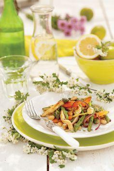 Kurczak z warzywami i migdałami - http://www.weranda.pl/styl-zycia-new/przepisy-kulinarne/przepis-na-obiad-kurczak-z-warzywami-i-migdalami. Stylizacja: Dani Muntaner, zdjęcia: Pere Peris #kurczak #przepis #kulinaria #cook