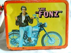 The Fonz -- totally would have had this lunchbox if it was at the store when I got to pick out what I wanted. Doesn't look much like Henry Winkler though. 101 Vintage Lunch Boxes That Will Make You Want To Be A Kid Again Retro Lunch Boxes, Lunch Box Thermos, Cool Lunch Boxes, Metal Lunch Box, Retro Toys, Vintage Toys, Childhood Toys, Childhood Memories, The Fonz