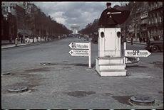 Guerre 1939-1945. Agent de la circulation et signalisation allemande au rond point des Champs-Elysées, Paris. Photographie d'André Zucca (1897-1973). Bibliothèque historique de la Ville de Paris.