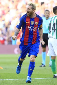 Barcelona's Argentinian forward Lionel Messi celebrates after scoring during the Spanish league football match FC Barcelona vs Real Betis Balompie at the Camp Nou stadium in Barcelona on August 20, 2016. / AFP / PAU BARRENA