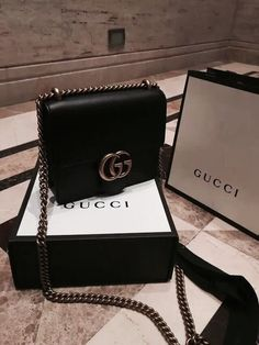 You can find pretty nice Gucci handbag replicas but all in all the authentic designer handbags offer more value for the money. Gucci Handbags, Handbags On Sale, Luxury Handbags, Fashion Handbags, Purses And Handbags, Fashion Bags, Designer Handbags, Designer Bags, Gucci Designer