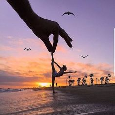 27 Creative Pictures that Will Make You Green with Envy Dance Photography Poses, Gymnastics Photography, Beach Photography, Creative Photography, Amazing Photography, Nature Photography, Gymnastics Poses, Lifestyle Photography, Forced Perspective Photography