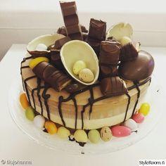 Pääsiäistä meidän kotona. Pitihän se tämän pääsiäisen suosikki kakku kokeilla ja herkullista tuli!. Ruokapöydän pääsiäisasetelma.