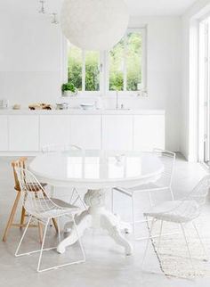 Here are 10 white-on-white interior spaces. All White Room, All White Kitchen, White Rooms, Glossy Kitchen, Country Kitchen, White Walls, Dining Room Design, Dining Room Chairs, Dining Area