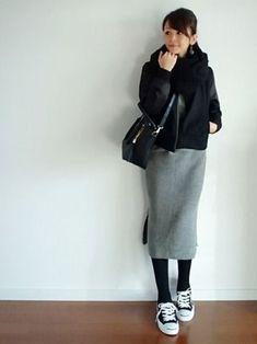全体を黒&グレーでまとめたシックで大人っぽいコーデ。タイトめなスカートから見える脚がすらりと綺麗に見えます。