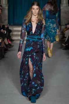 #dresseswithsleeves :|:  Matthew Williamson - Fall 2015 evening dress with sleeves  #dress #sleeves