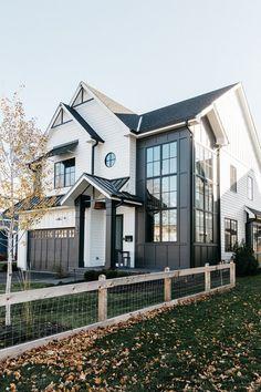 Craftsman Exterior Colors, Modern Farmhouse Exterior, White Farmhouse, Craftsman Style, Farmhouse Homes, Farmhouse Ideas, Farmhouse Decor, Style At Home, Dream Home Design
